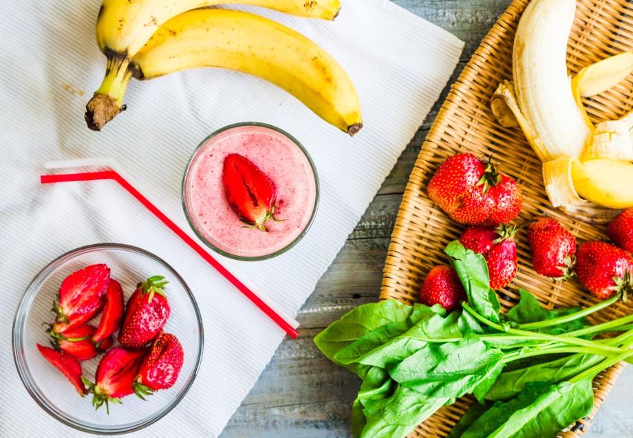 Смузи для похудения с бананом, киви и клубникой