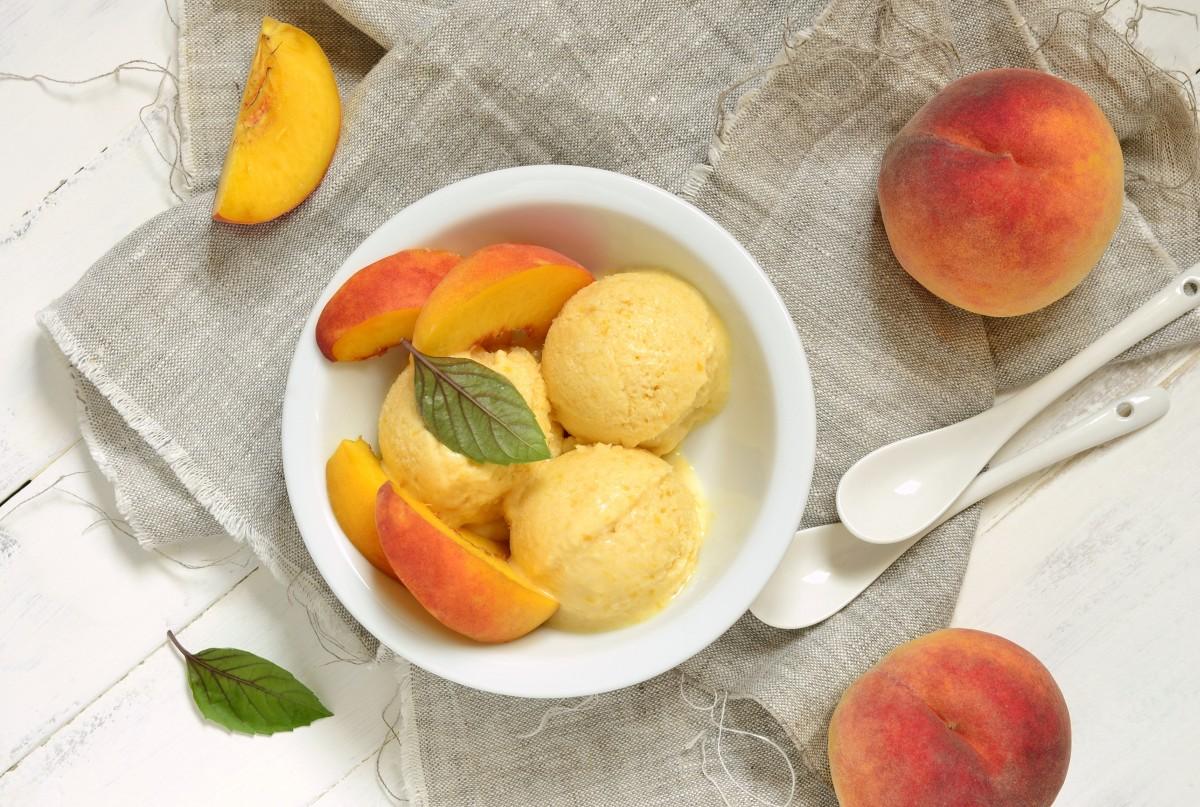 Персиковое мороженое из йогурта