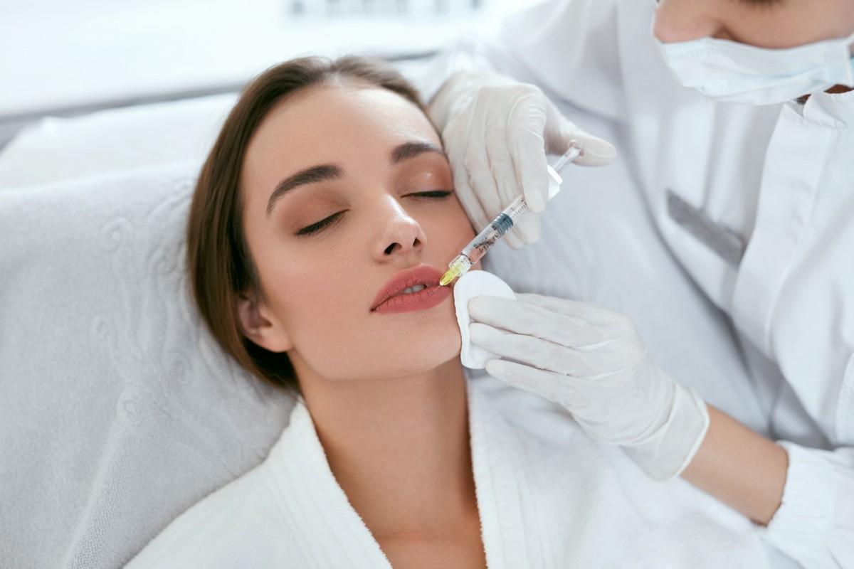 Вопрос к косметологу: почему нельзя колоть губы при ГВ?
