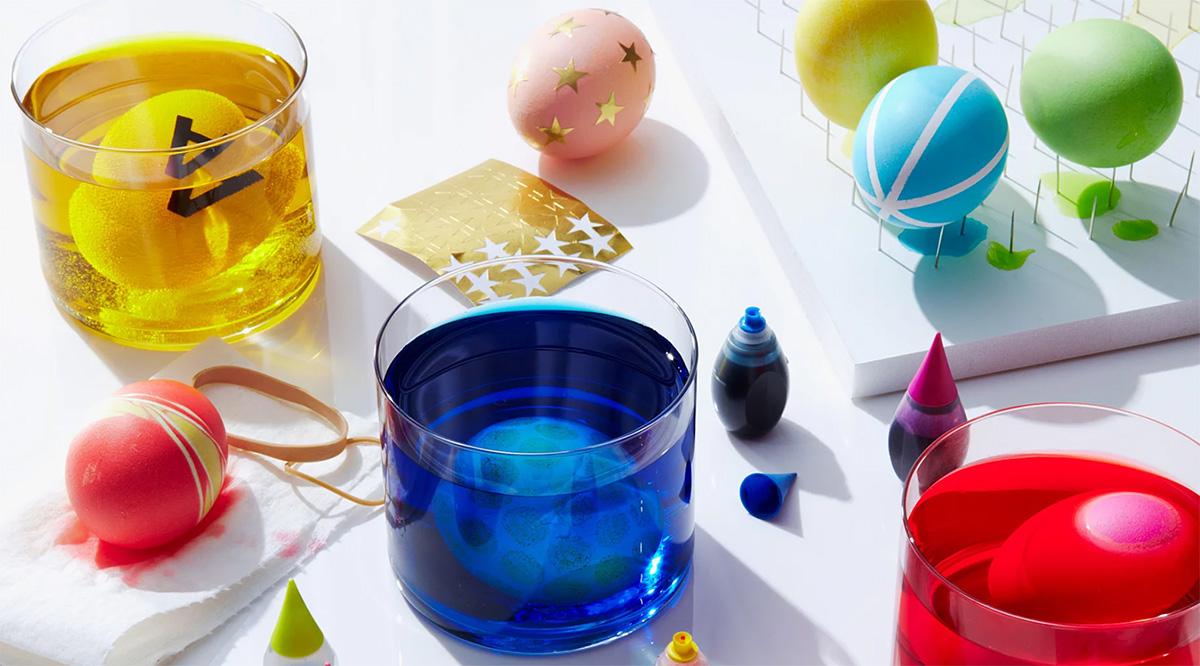 В какие цвета красить яйца