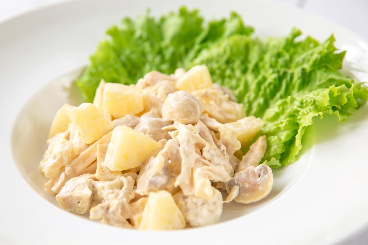 Салат с ананасом, грибами и курицей