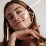 Нужно ли наносить солнцезащитный крем в помещении: мнение эксперта