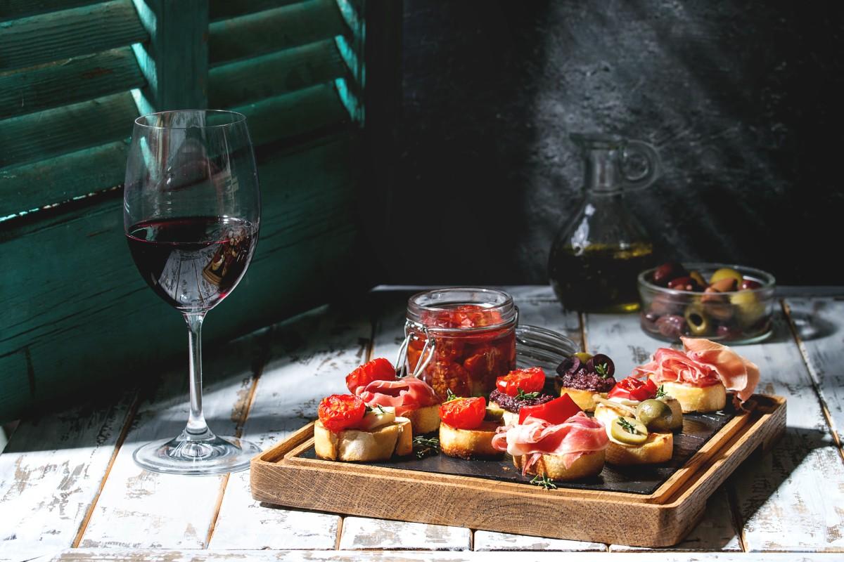 Закуски к вину: 8 идеальных вариантов