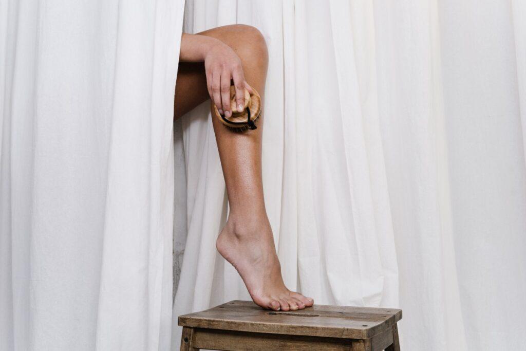 Кремы, скрабы, бальзамы: средства для ухода за кожей ног летом
