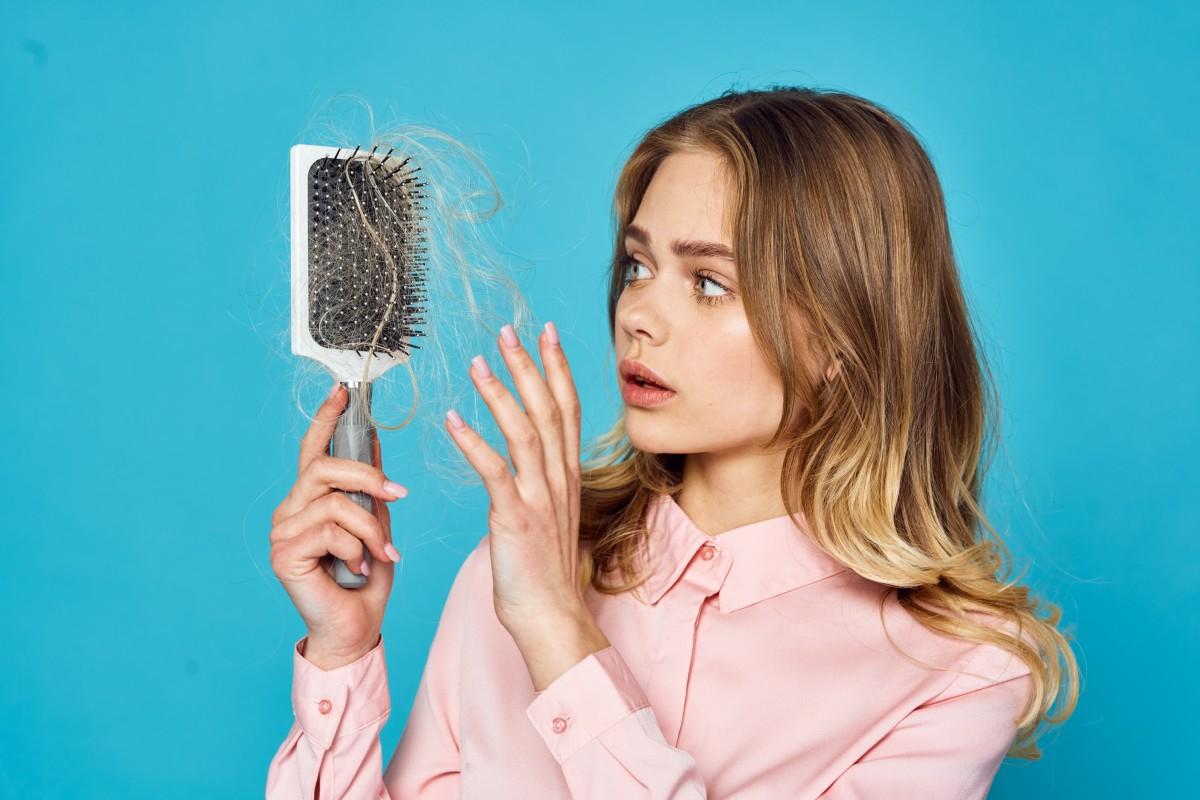Выпадение волос: причины и признаки