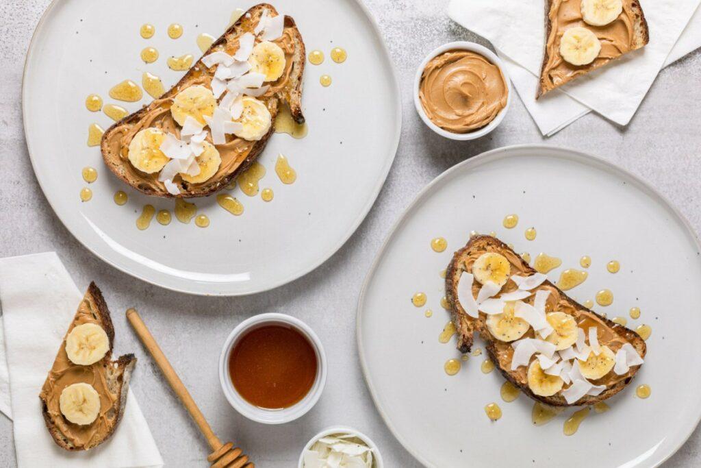 Тости з горіховою пастою і бананами