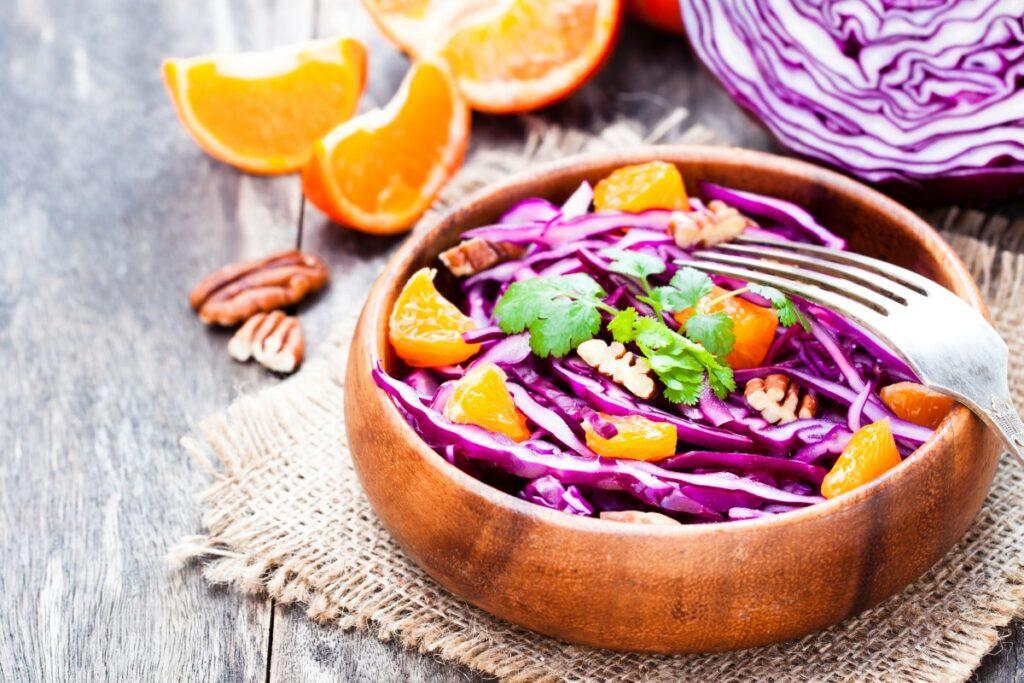 Вітамінний салат з капусти, апельсинів і горіхів