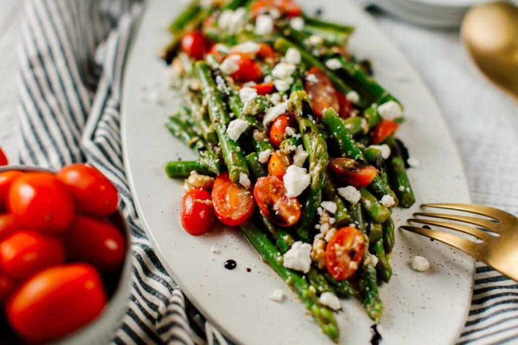 Салат зі спаржею з білими грибами і помідорів-чері