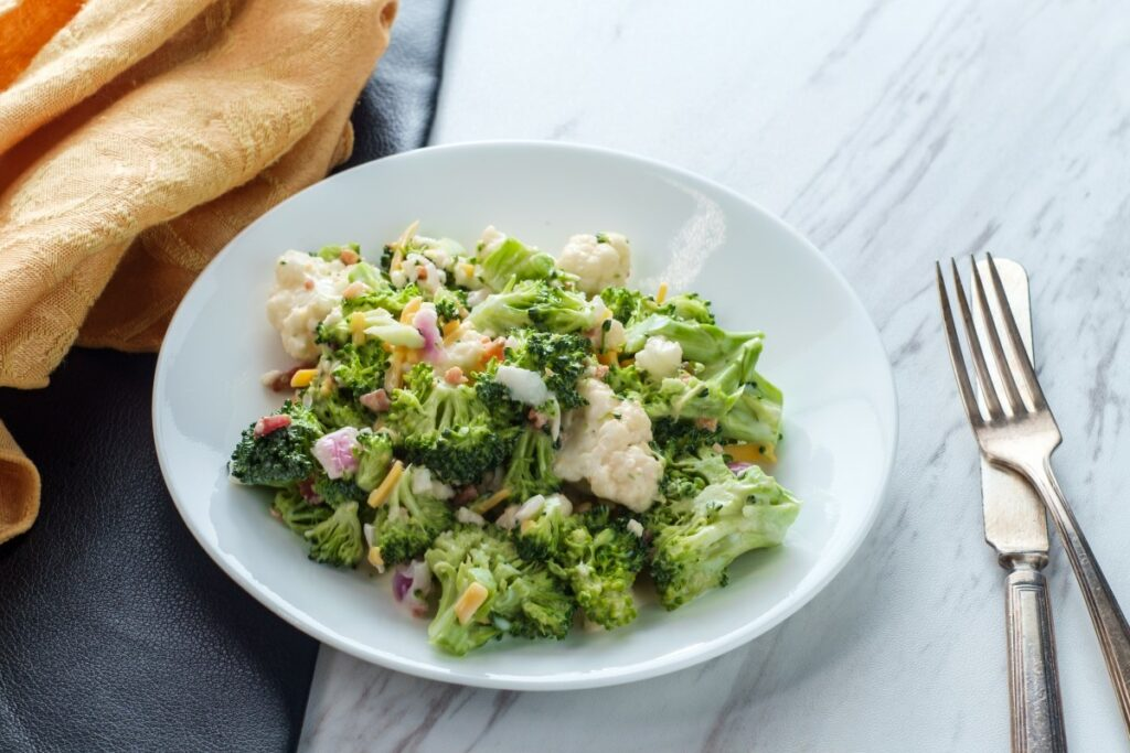 Як приготувати салат з броколі та цвітної капусти з бринзою