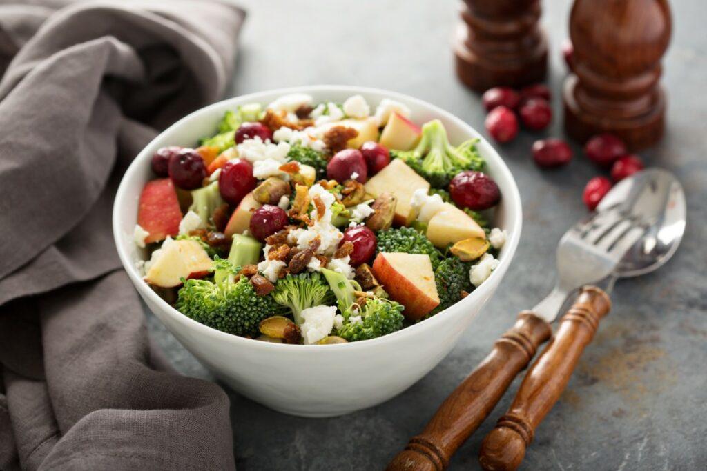 Салат із броколі, беконом і яблуками – покрокове приготування