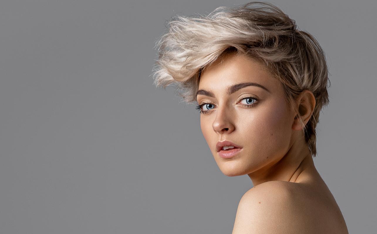 Помада для волосся: для чого потрібна і як використовувати