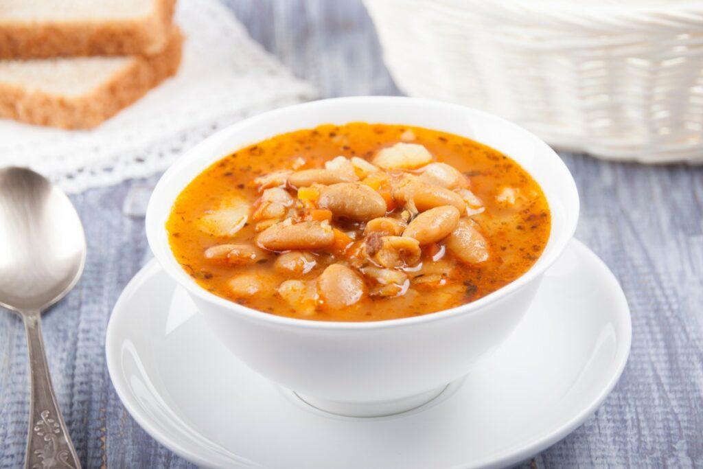 Середземноморський суп з білої квасолі й апельсина