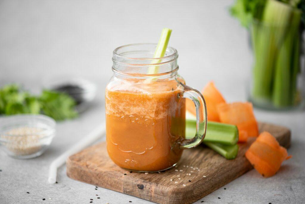 Корисний смузі з селерою, морквою й апельсином