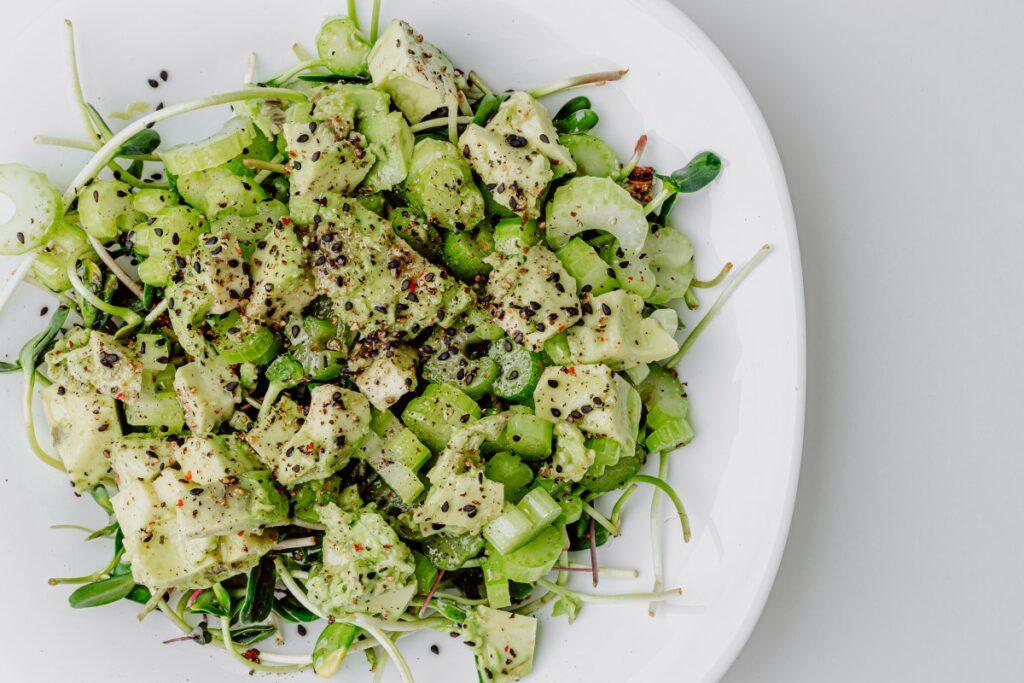 Диетический салат с сельдереем и авокадо — пошаговый рецепт