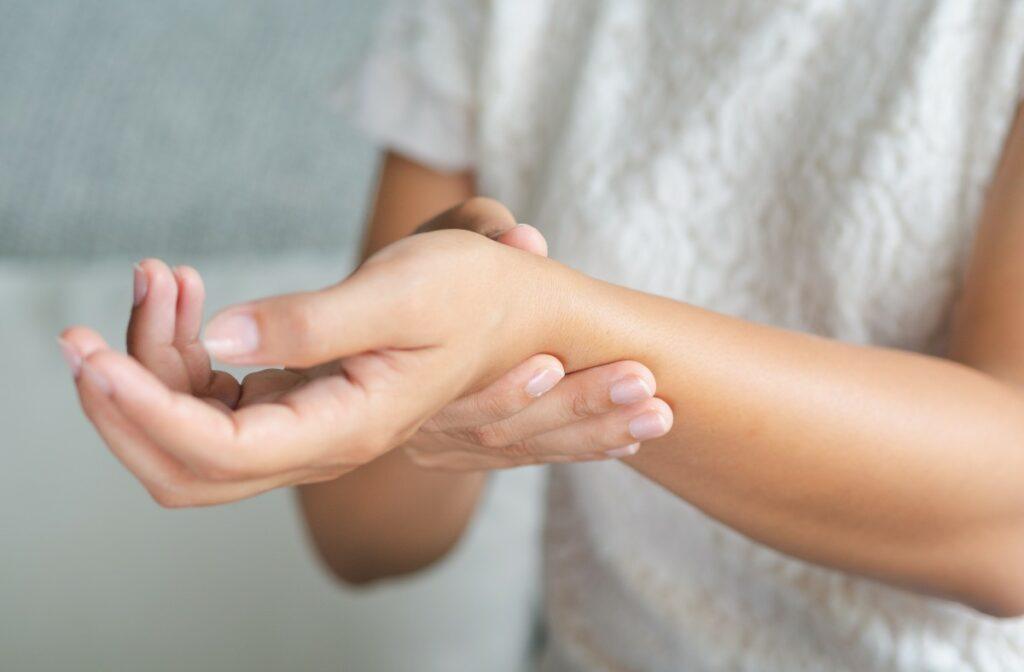 Чому терпнуть руки: причини, коли оніміння кінцівок небезпечно для здоров'я