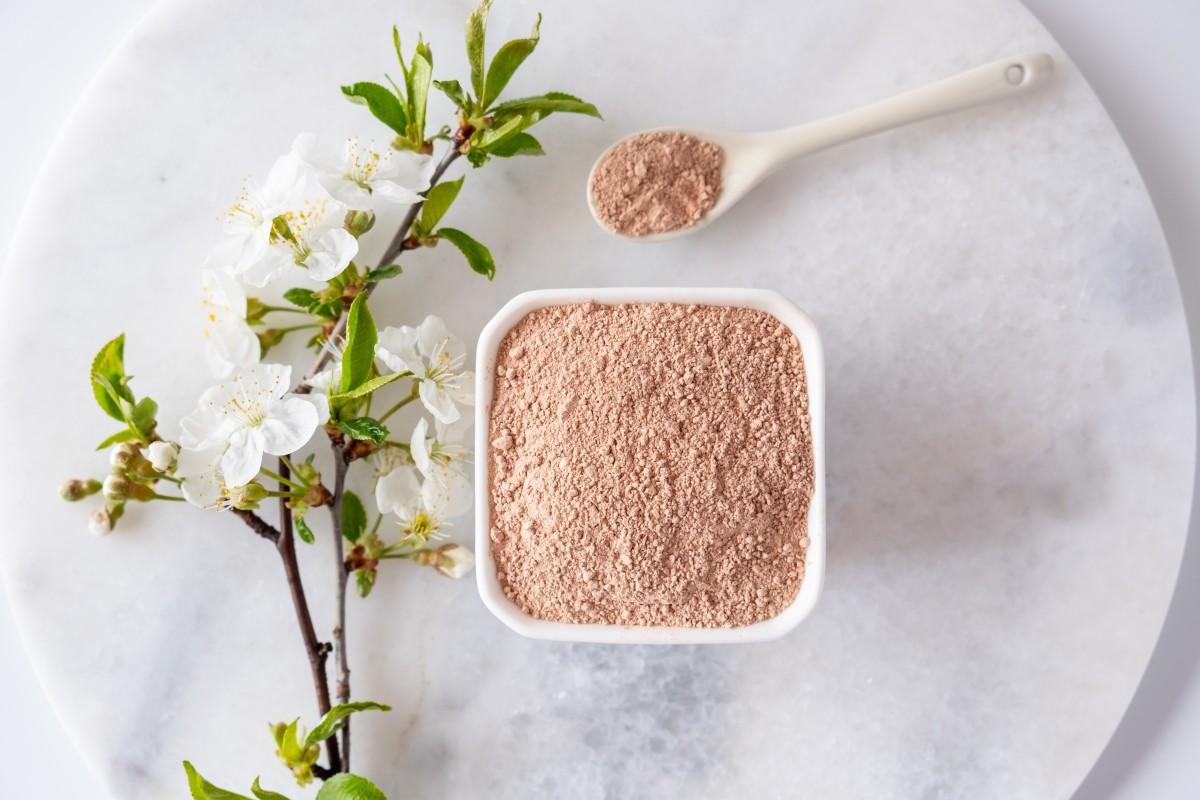 Красная глина для лица: полезные свойства, рецепты домашних масок