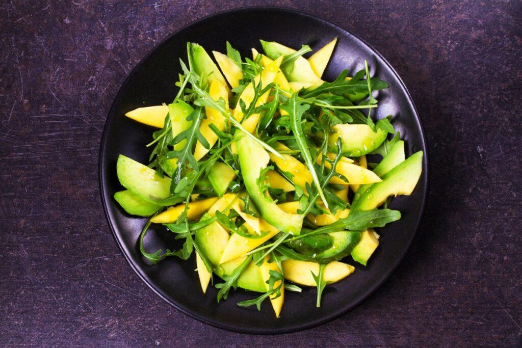 Салат з руколою, яблуками й авокадо