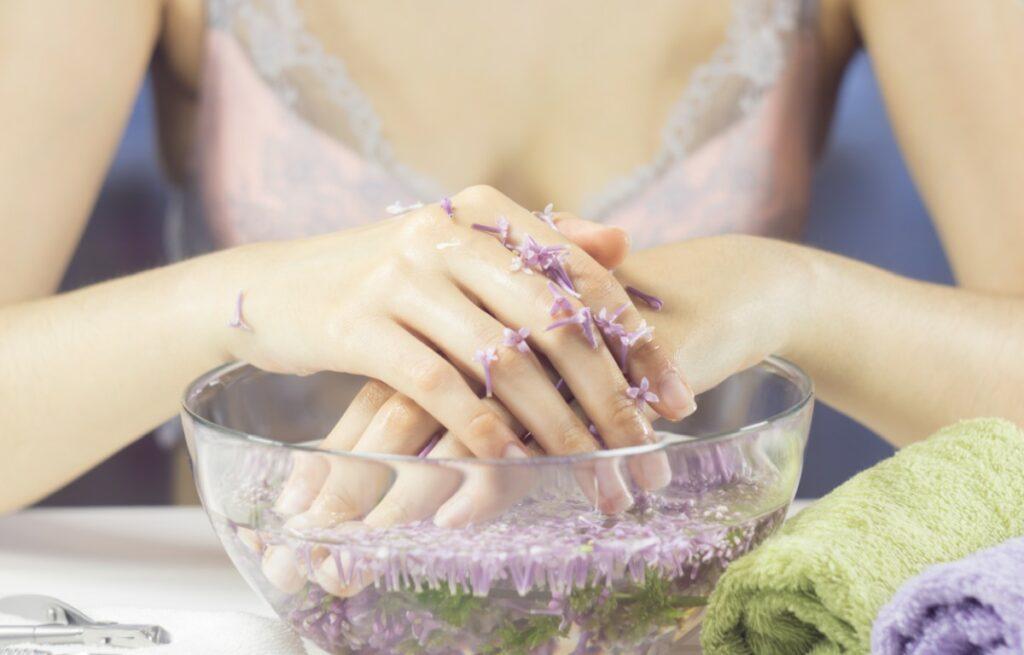 Домашні ванночки для зміцнення і росту нігтів – варіанти