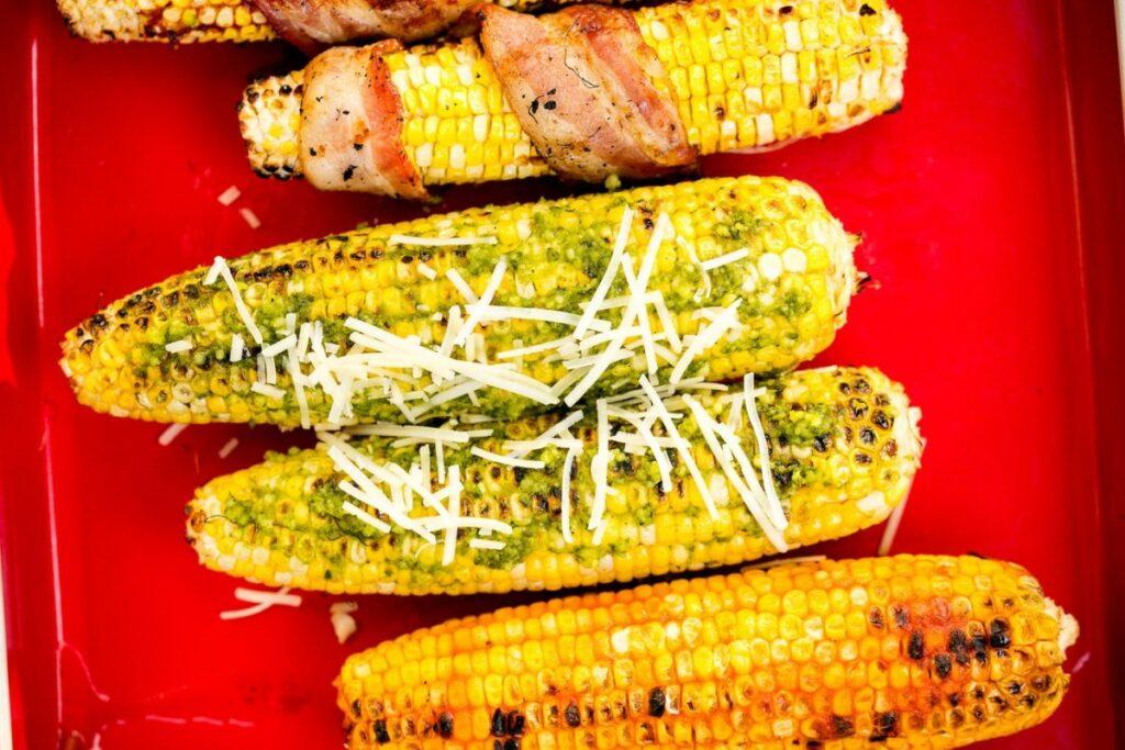 Кукурудза в духовці з песто і пармезаном