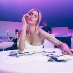 Вера Брежнева представила клип на свой новый сингл «Розовый дым»